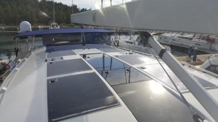 Яхта Moody със соларни панели